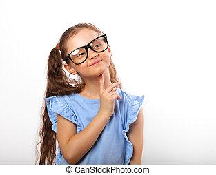 Divertirse en una chica feliz con gafas para los ojos pensando y mirando hacia arriba en un fondo aislado blanco con una copia vacía
