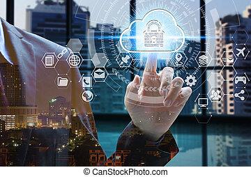Doble exposición al hombre de negocios toca el candado de icono virtual y la nube con paisajes urbanos, el concepto de privacidad de la tecnología de la seguridad cibernética