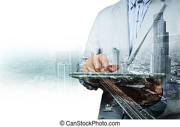 Doble exposición de la ciudad y el hombre de negocios en el teléfono