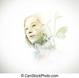 Doble exposición de mujer con hojas verdes