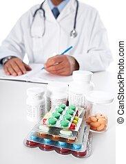 Doctor escribiendo receta médica.
