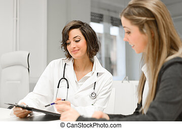 Doctor explicando el diagnóstico a su paciente