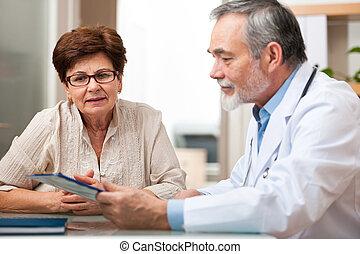 Doctor hablando con su paciente mayor