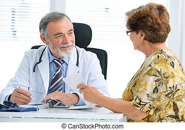 Doctor hablando con su paciente