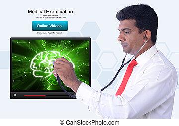 Doctor joven revisando el cerebro