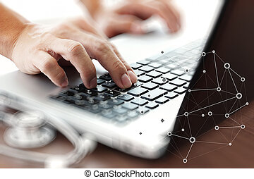 Doctor trabajando con ordenador portátil en la oficina de trabajo médico y en los medios de comunicación de la red médica como concepto