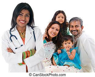 Doctora médica india y familia paciente.