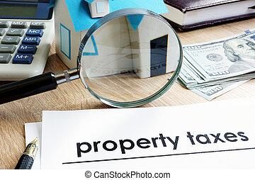 Documento con el título de impuesto de propiedad en un escritorio.