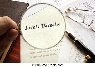 Documento con título de bono basura en una mesa.