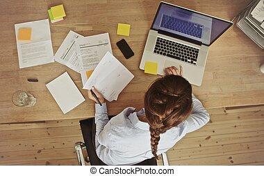 documentos, ella, oficina, mujer de negocios, computador portatil, trabajando, escritorio