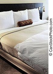Dormitorio con cómoda cama