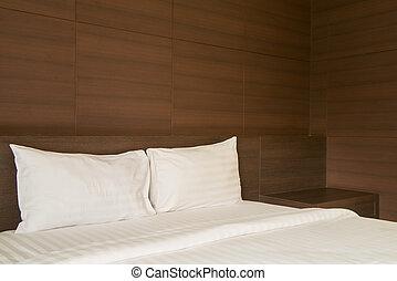 Dormitorio con colores suaves. Una cama grande y cómoda en un elegante dormitorio clásico