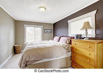 Dormitorio con el tamaño de la reina cama cómoda