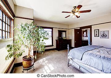 Dormitorio principal con árbol