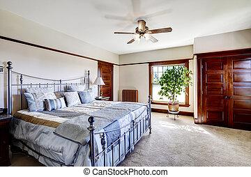 Dormitorio principal con cama de hierro