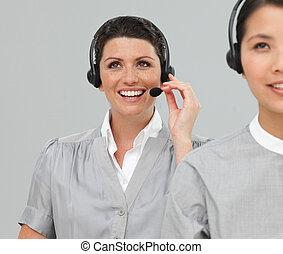 Dos agentes de servicio de clientes con auriculares