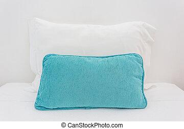 Dos almohadas en la cama. A dormir.