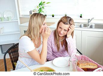 Dos amigas íntimas hablando