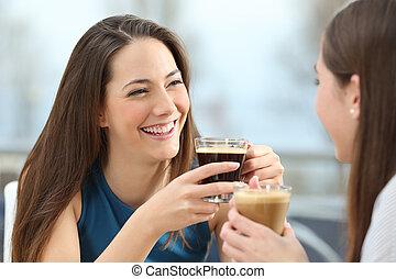 Dos amigas hablando en una cafetería