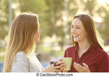 Dos amigos hablando al aire libre