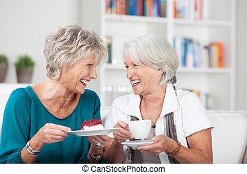 Dos ancianas disfrutan una taza de té