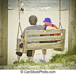 Dos ancianos enamorados en un columpio