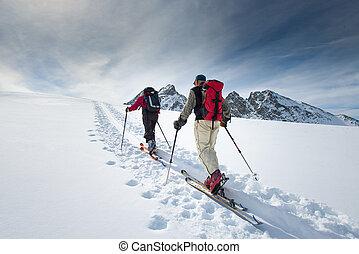 Dos ancianos esquiadores alpinos