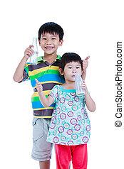 Dos asiáticos bebiendo leche, aislados en blanco. Beber leche por buena salud.