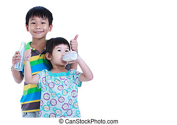 Dos asiáticos bebiendo leche, en blanco. Beber leche por buena salud.