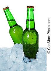 Dos botellas de cerveza en hielo aislado