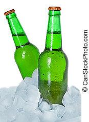 Dos botellas de cerveza sobre hielo. Aislado de fondo blanco.
