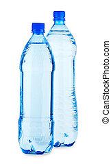 Dos brillantes botellas con agua aislada