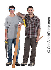 Dos carpinteros estaban con tablas de madera