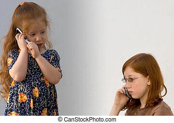 Dos chicas con teléfonos celulares