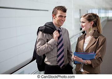 Dos colegas coqueteando en el pasillo