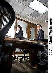 Dos colegas de negocios en una reunión