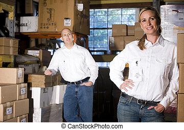 Dos compañeros de oficina en el depósito