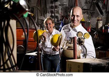 Dos compañeros de trabajo en el área de mantenimiento de la oficina