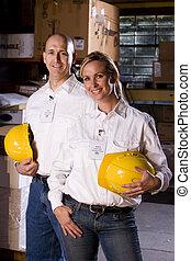 Dos compañeros de trabajo en el depósito de oficinas