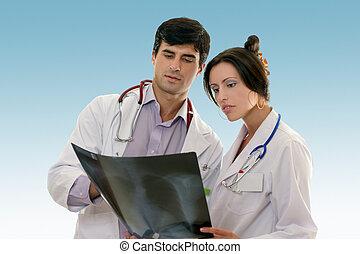 Dos doctores conferiendo los resultados de las radiografías