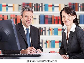 Dos empresarios sentados en la oficina