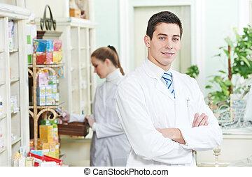 Dos farmacéuticos en la farmacia