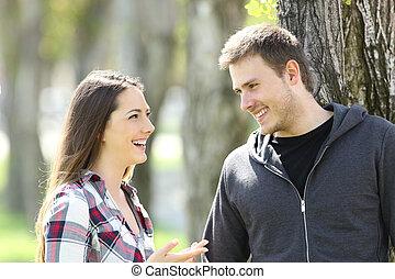 Dos felices amigos adolescentes hablando