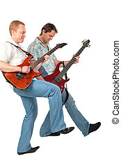 Dos guitarristas con la pierna levantada