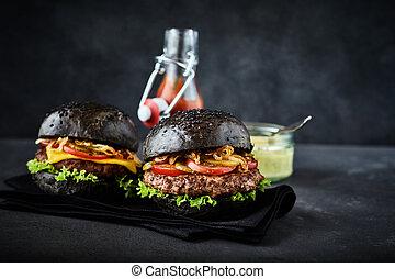 Dos hamburguesas de pan de centeno con condimentos