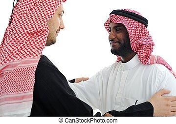 Dos hombres árabes teniendo una cálida reunión