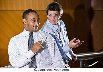 Dos hombres de negocios conversando