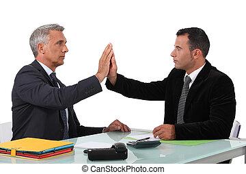 Dos hombres de negocios de alto cinco