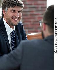 Dos hombres de negocios hablando en la sala de juntas.