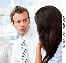 Dos hombres de negocios hablando juntos